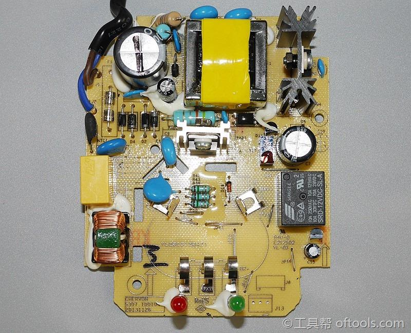 电路板正面,这类大电流充电器,被动散热,所以电路设计让原件分布的