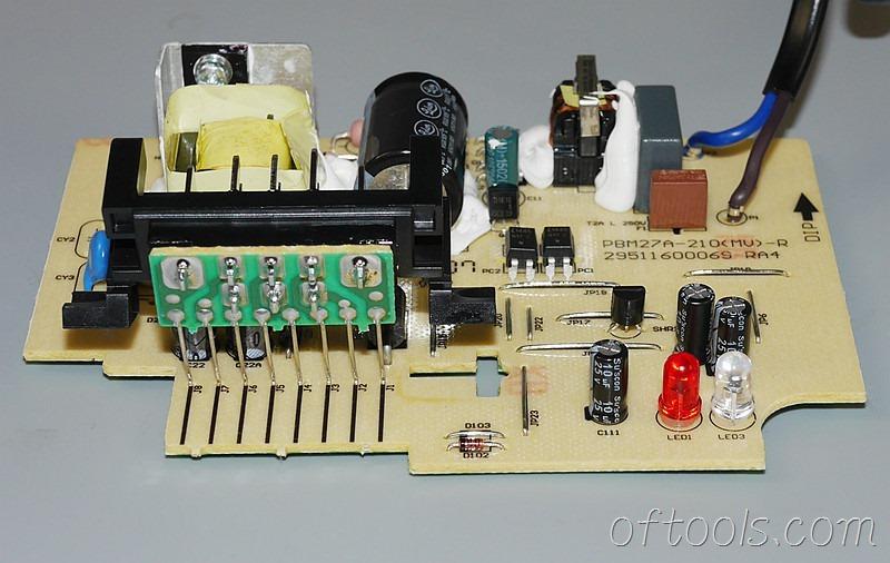11、得伟(DEWALT)DCB107充电器电路板特写1