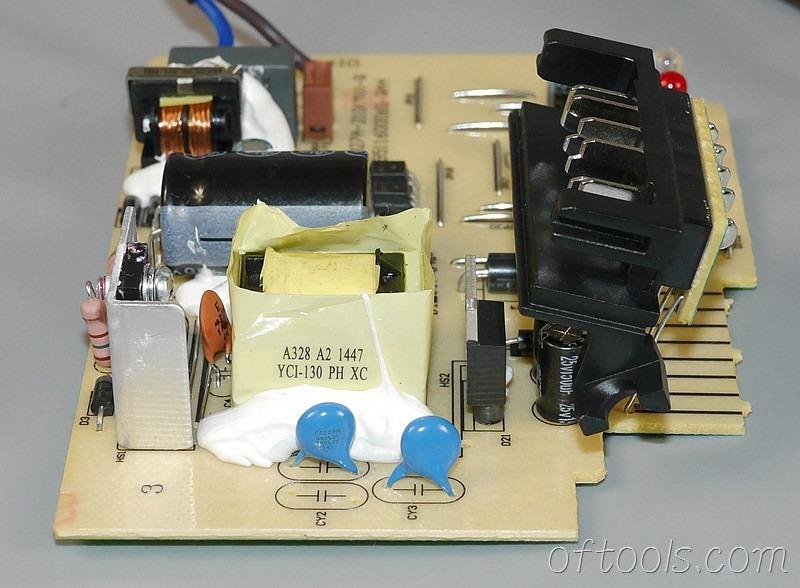 12、得伟(DEWALT)DCB107充电器电路板特写2