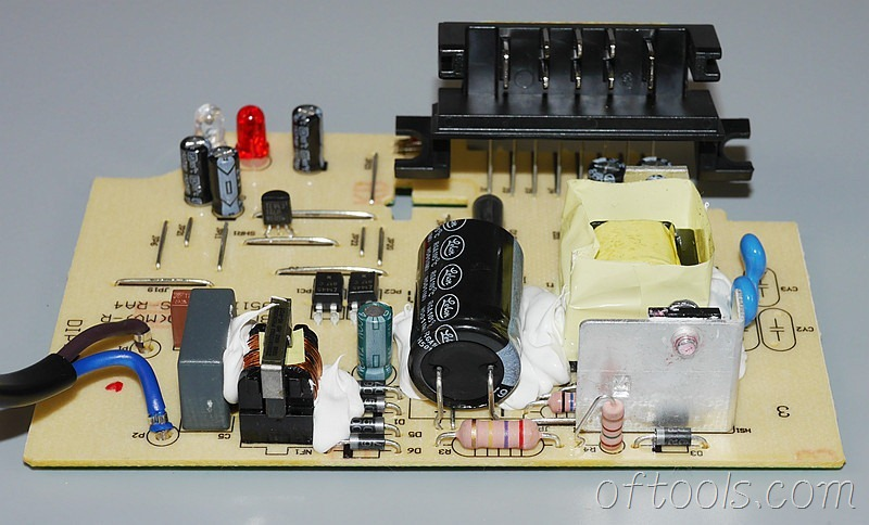 13、得伟(DEWALT)DCB107充电器电路板特写3