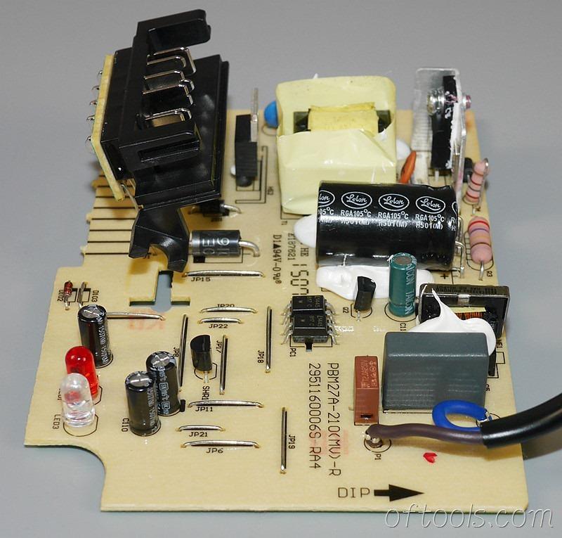 14、得伟(DEWALT)DCB107充电器电路板特写4