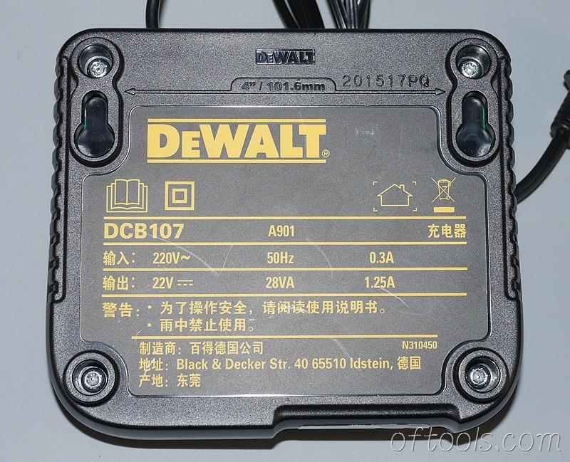 4、得伟(DEWALT)DCB107充电器使用了4颗螺钉
