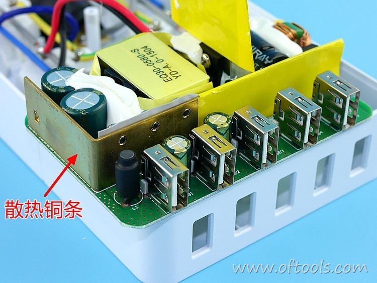 20、ORICO HPC-4A5U 智能插座 换角度可以看到散热的铜条
